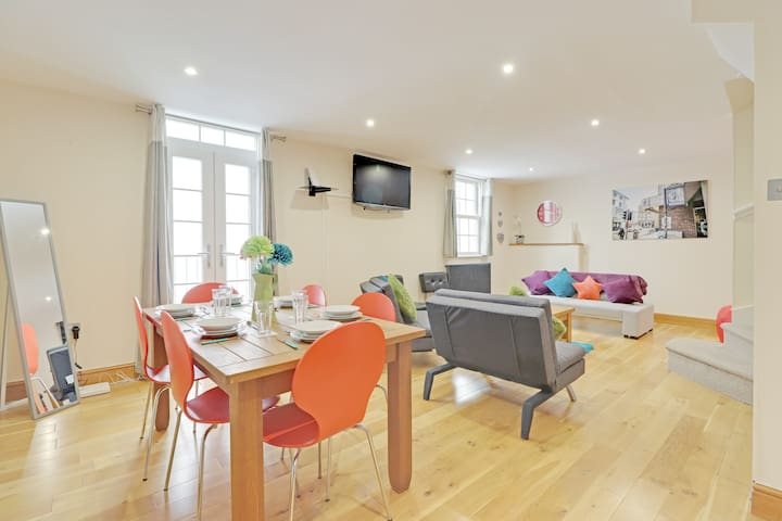 ☆Pebble Mews☆ 3 Rooms. Parking. WiFi. Nr Seafront