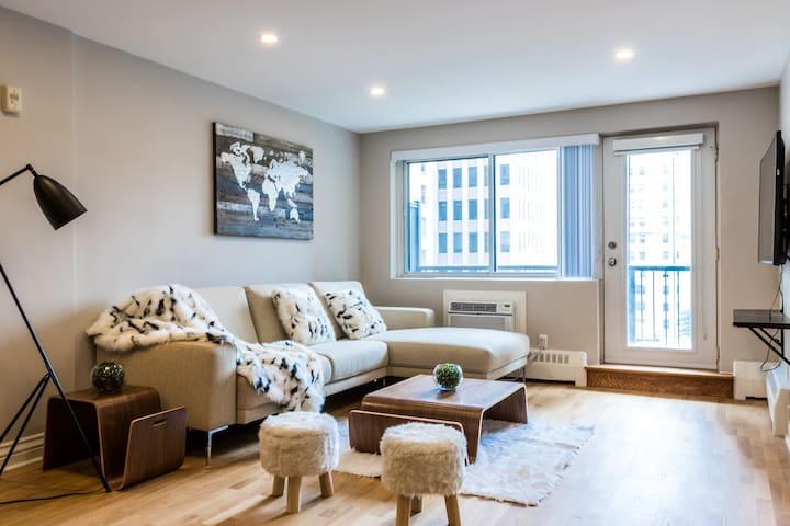 Stylish Apartment in Heart of DT | 99 Walk Score