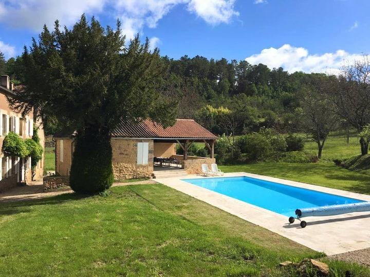 Charmante pastorie met groot zwembad en prive tuin