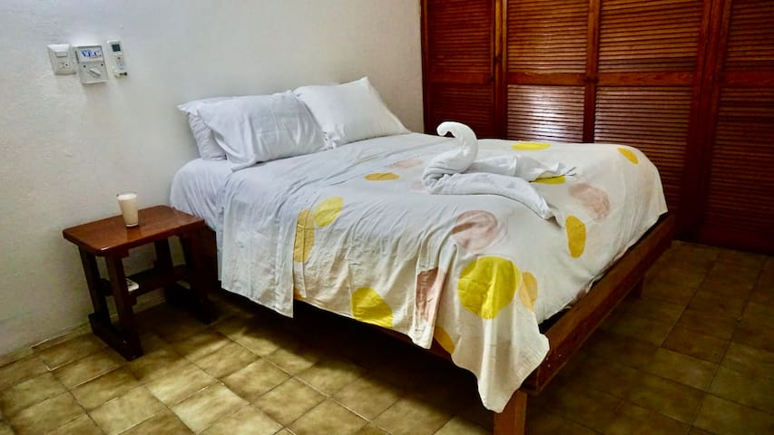 AC Sunny Yellow double room in Huge House !