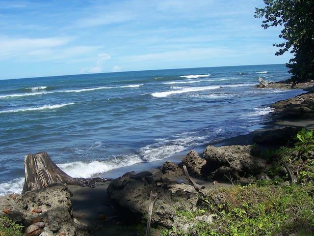 The Hideout, 150m to Beach - Cahuita - Ev