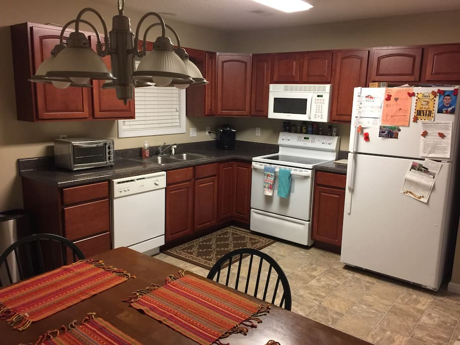 Full kitchen with toaster oven, coffee-tea maker