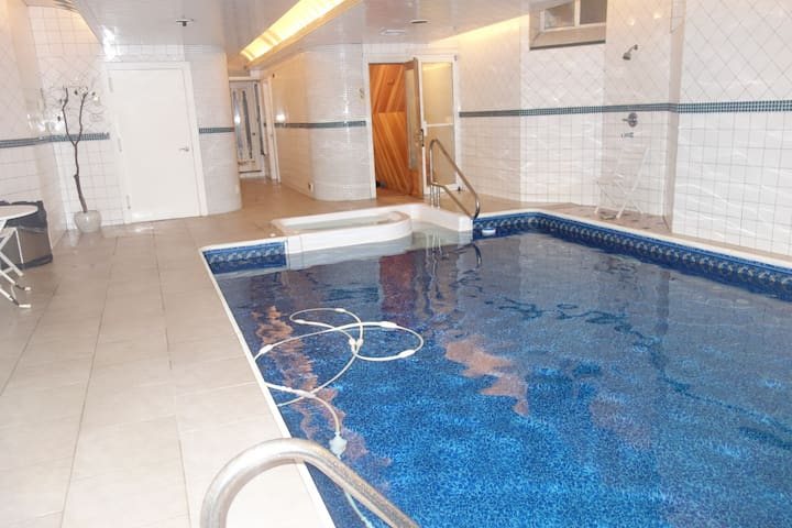 PARTIES + EVENTS WHOLE MANSION + INDOOR HTD POOL - Brooklyn - House