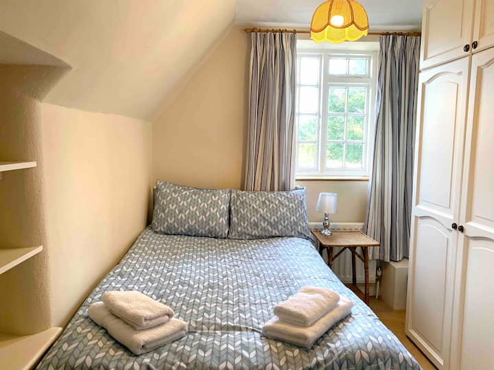 Quiet private room double bed close to Silverstone