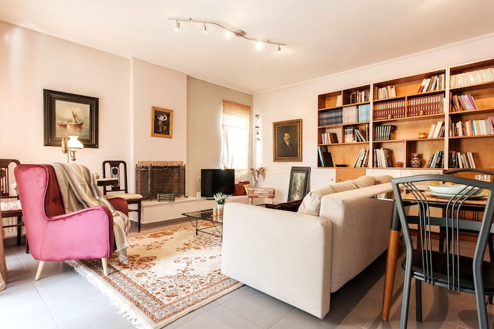 Feel like a local  in this 1BDR condo in Marousi!
