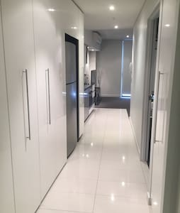 Modern CBD Apartment + Parking - Perth - Apartamento