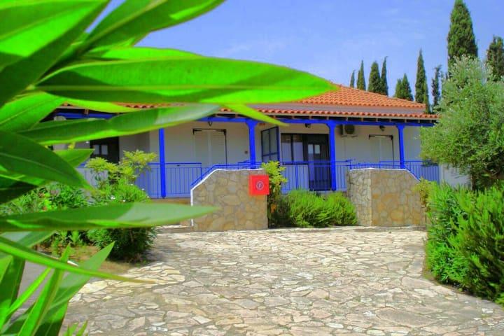 House Michalis Haikos  near the beach peroulia