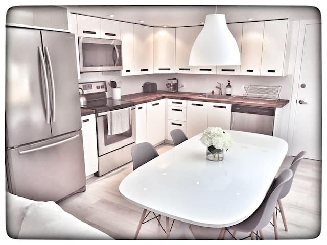 Modern, fully remodeled 2 bedroom house/Large Yard
