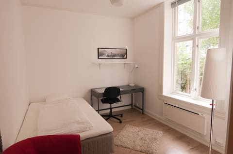 Tyr Room, EASY ACCESS FROM AIRPORT!