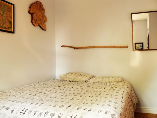 Charming bedroom near Jean-Talon market