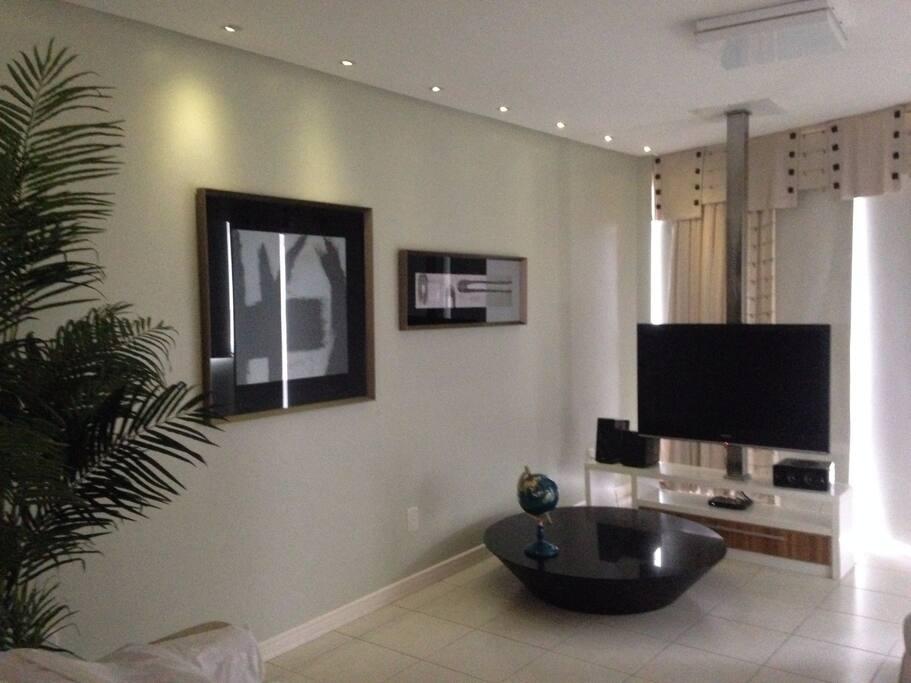 Sala de estar com TV mobiliada