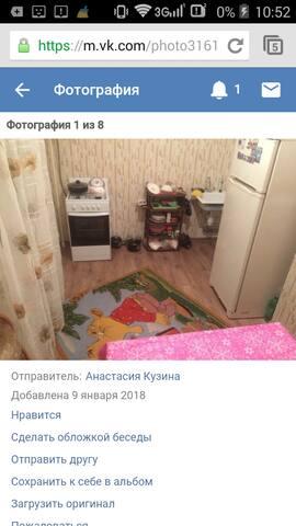 Кухня.есть стол диванчик,стулья,холодильник,газовая плита