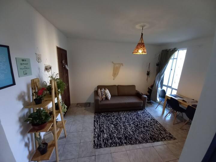 Quarto em apartamento com ótima localização