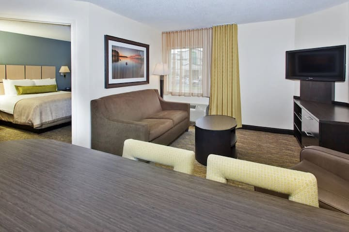 Pleasant Suite Deluxe At West - Golden