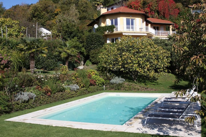 Stunning 4 bed villa with private pool, BBQ, lake views, walking distance to restaurant