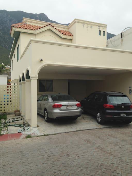 Dos cajones de estacionamiento techado.
