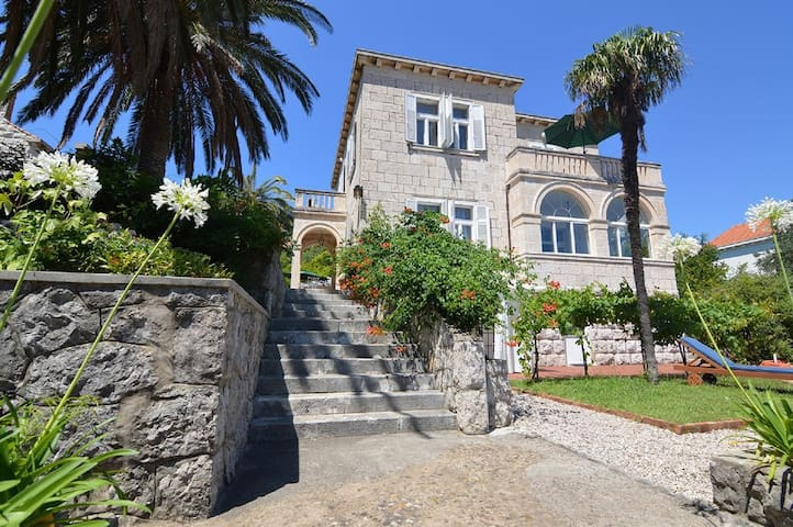 Entire villa  with gardens, walk to beach, shops