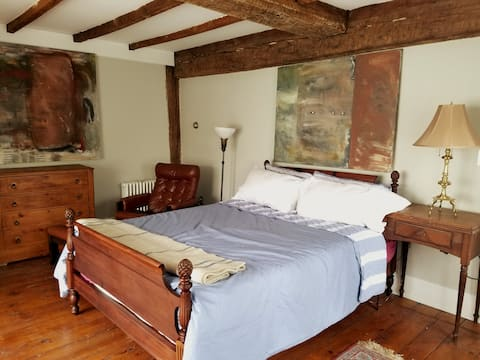 Quiet Room w. Queen Bed in Sea Captain House (#4)