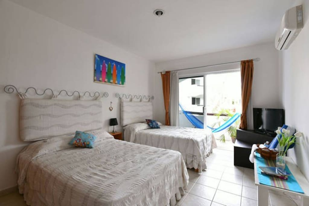 A confortable room with two double bed / Amplia y confortable habitación con 2 camas matrimoniales