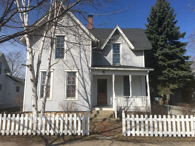 Downtown Charlevoix - Newly Remodeled Home! - Charlevoix - House