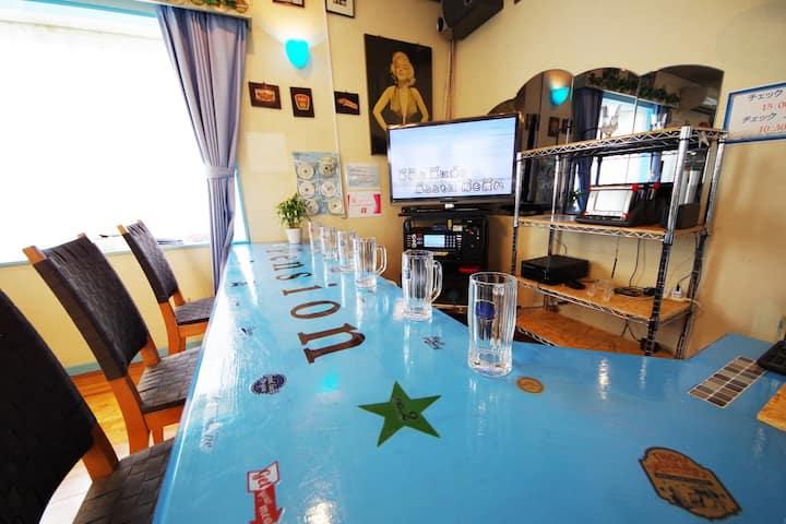 グラスブルーで彩られた洋館造りの広い家ペンションスリーピース