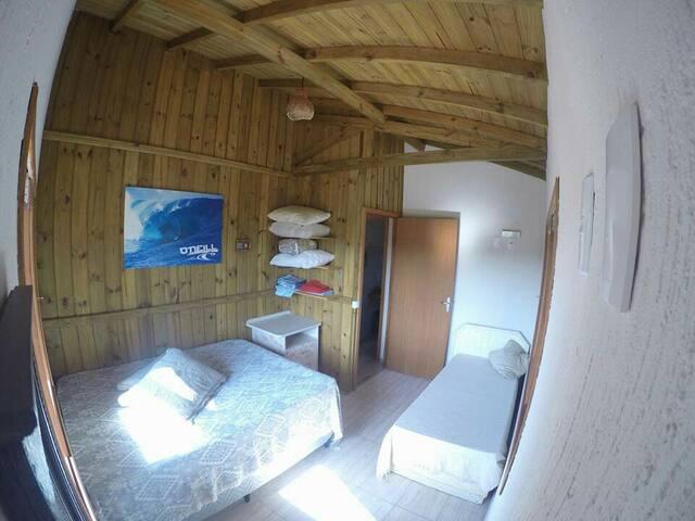 Quarto cama box casal e cama solteiro