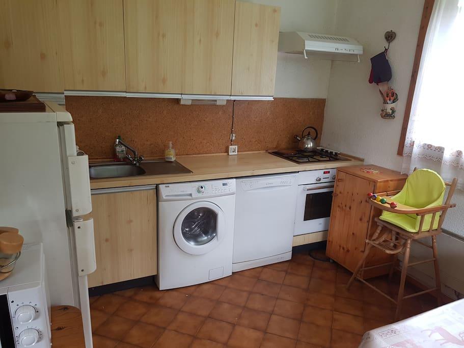 Cuisine avec machine à laver, frigo, petit congélo, four, bouilloire, lave vaisselle etc