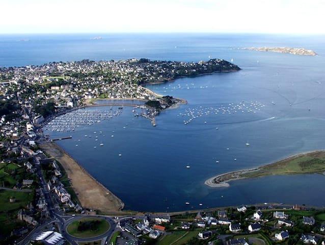 vue du port, les 7 îles en arrière plan