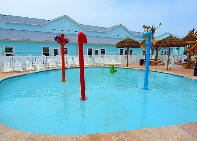 Great kids area in pool