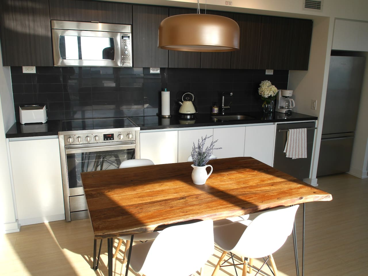 A beautifully decorated large kitchen with all the amenities
