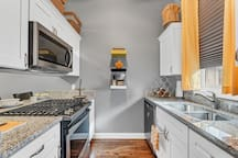 Kitchen: Full-size microwave and gas-stove with 4 burners