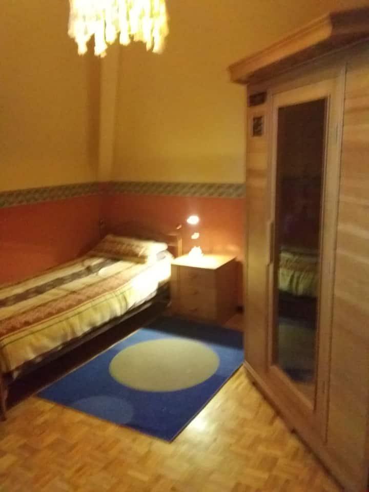 Leuke kamer met enkel bed en plooibed