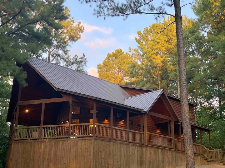 """Bear Bluff Escape"" Beautiful, open concept cabin"