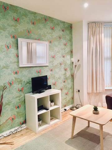 Sleeps 4, only 5 min by taxi/bus to Cathedral Qtr