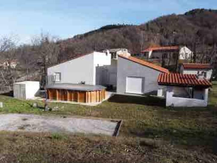 Villa au cœur de la montagne avec piscine.