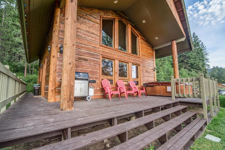 Alpine Cabin, sleeps 6 guests, with a hot tub.