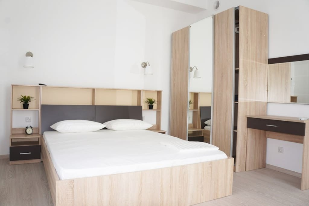 Номер с кухней и ванной. Двуспальная кровать шириной 160 см, 2 односпальные кровати  шириной 90 см, 1 раскладное кресло-кровать