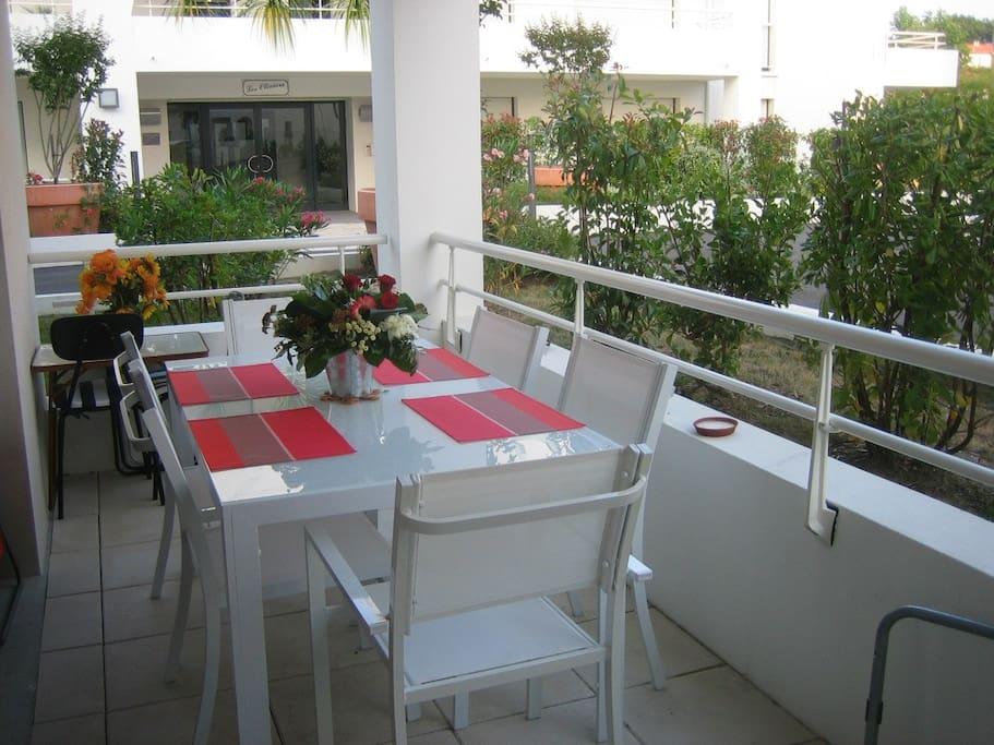 terrasse avec table repas & barbecue