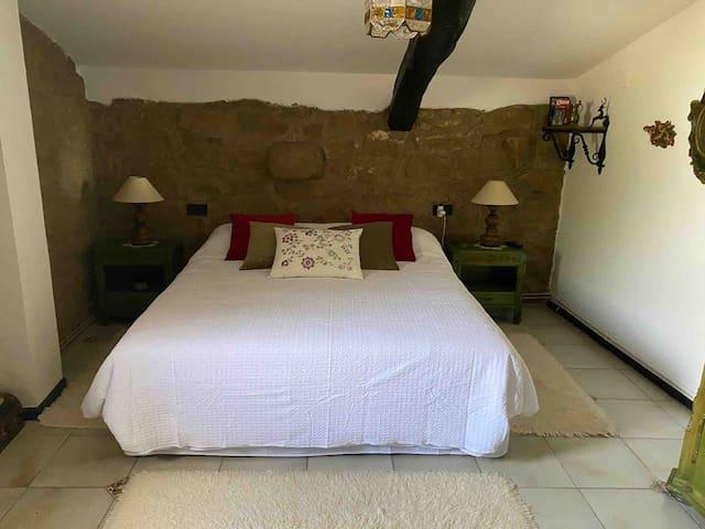 Habitación principal doble con magnífica cama, salida al jardín y cuarto de baño completo con bañera y bidé.