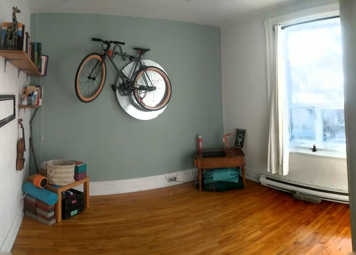Beloved 2bed apartment in the heart of Rosemont.