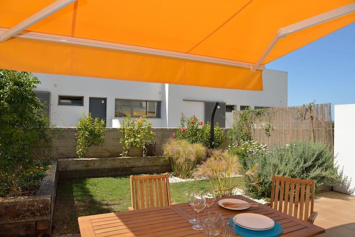 Bajo con jardín y terraza en urbanización cerrada.
