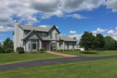 3BD/3BA home - 1 mile walk to Erin Hills Entrance - Hartford