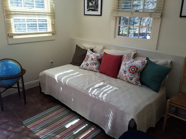 2nd sleeping space daybed