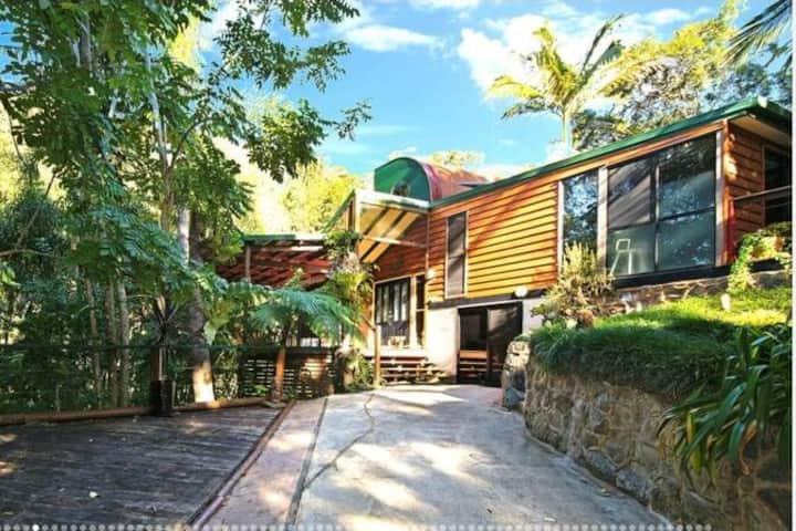 Private room in fabulous 9 acre rainforest retreat