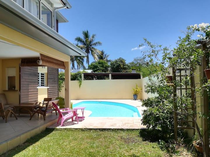 Chambre dans maison avec piscine front de mer