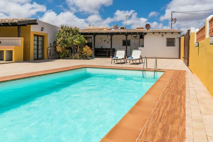 Casa rural con piscina privada Manitaga.