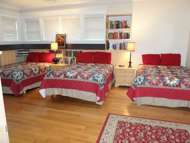Family Suite in Beautiful Bothell Mansion Sleeps 8 - Bothell - Villa
