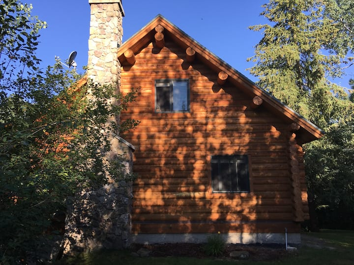 Beautiful log home in Teton Valley sleeps 8