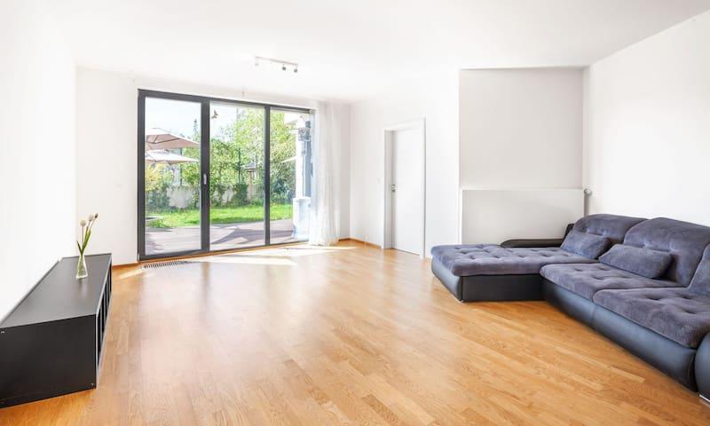 """Sunny"" garden apartment 1,5 km from Prague castle"