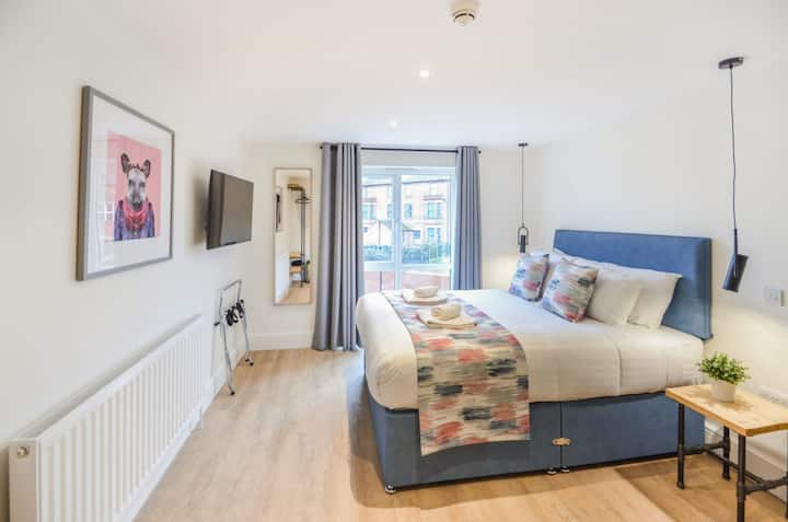 The Gabriella at The New Talbot Aparthotel - Luxury King Sized studio with WiFi and all essentials